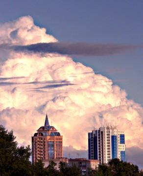 Туча-гора над городом встала.