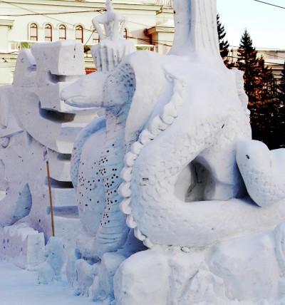 Снежная скульптура змеи.