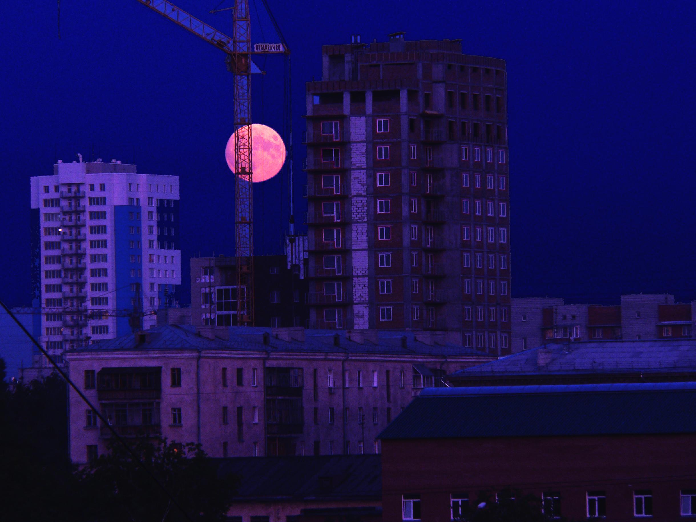 Луна в путах города.