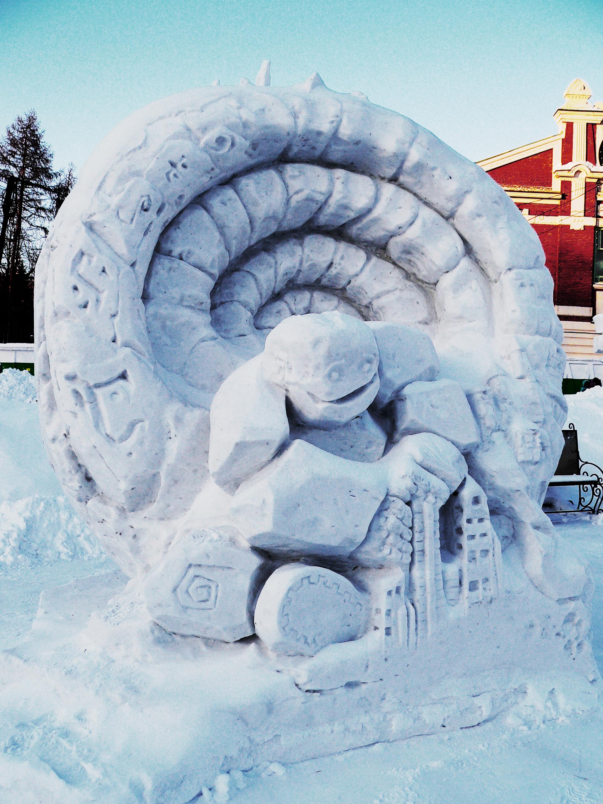Снежная_скульптура_змея_строит