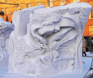 Snezgnaja_skulptura_Novosibirsk_zelenij
