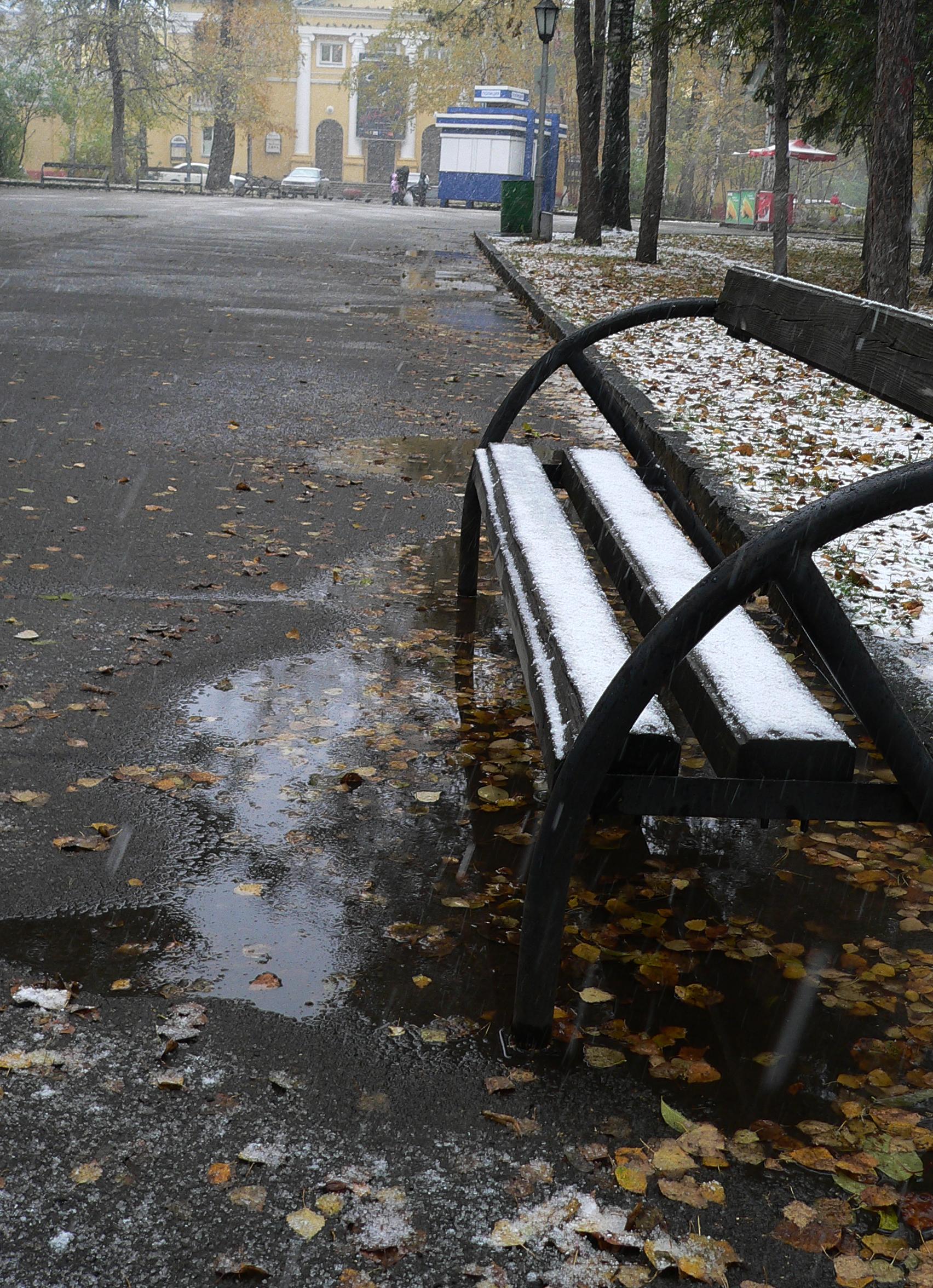 Съемка-снегопада-осенью-одинокая-скамейка