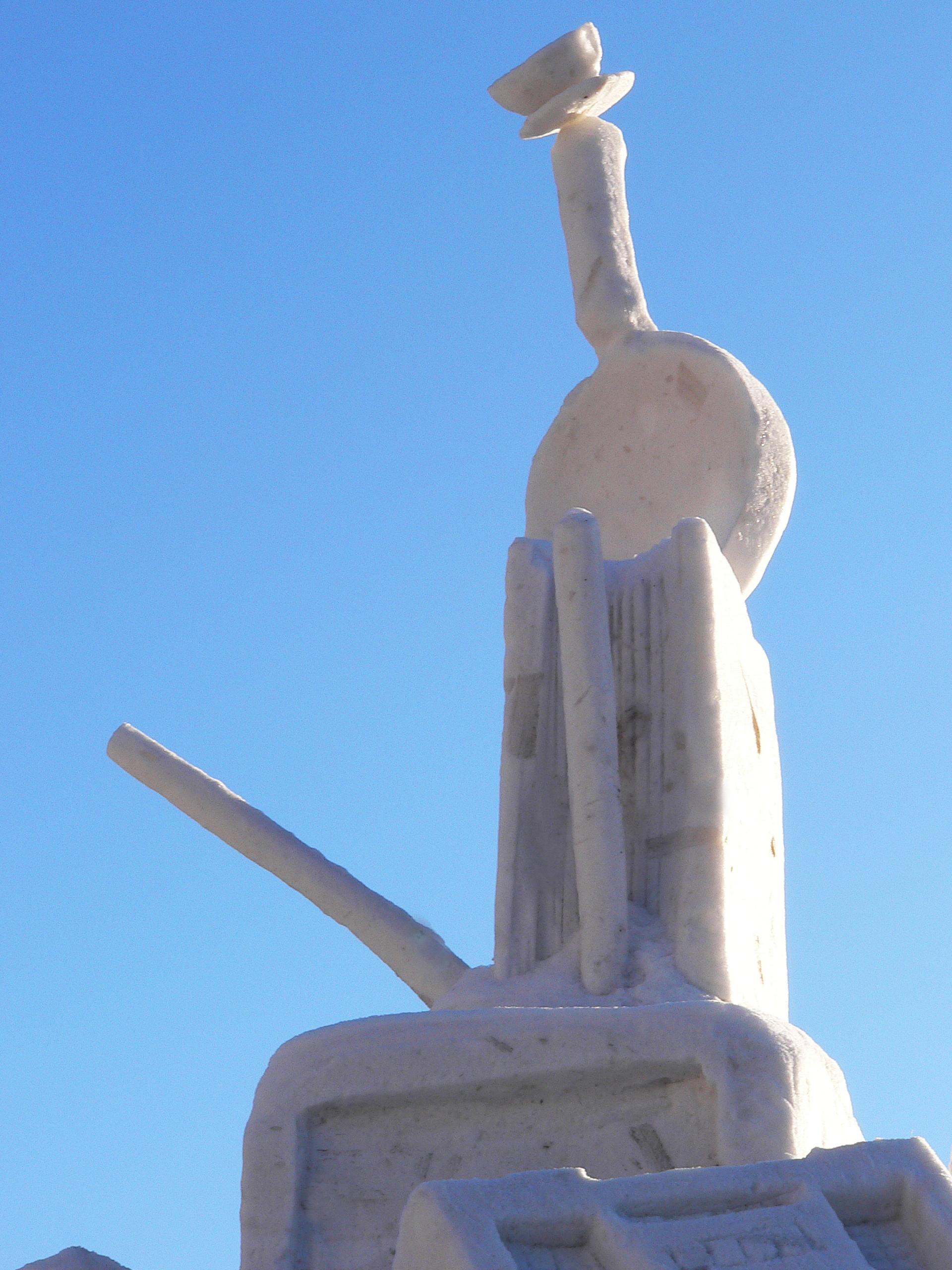 Фотография-снежной-скульптуры-Нагрузилась-фрагмент