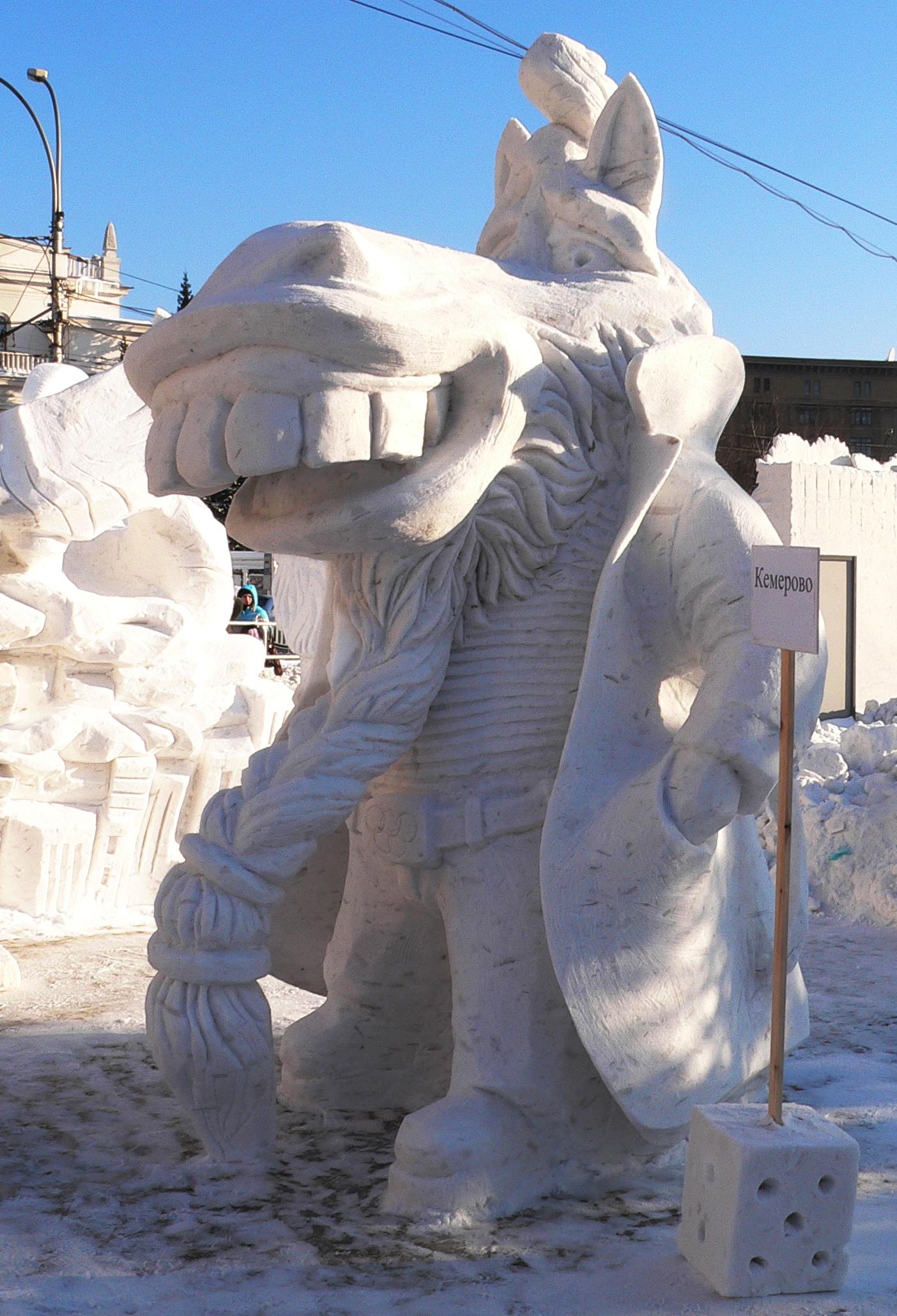 Фотография-снежной-скульптуры-Конь-в-пальто