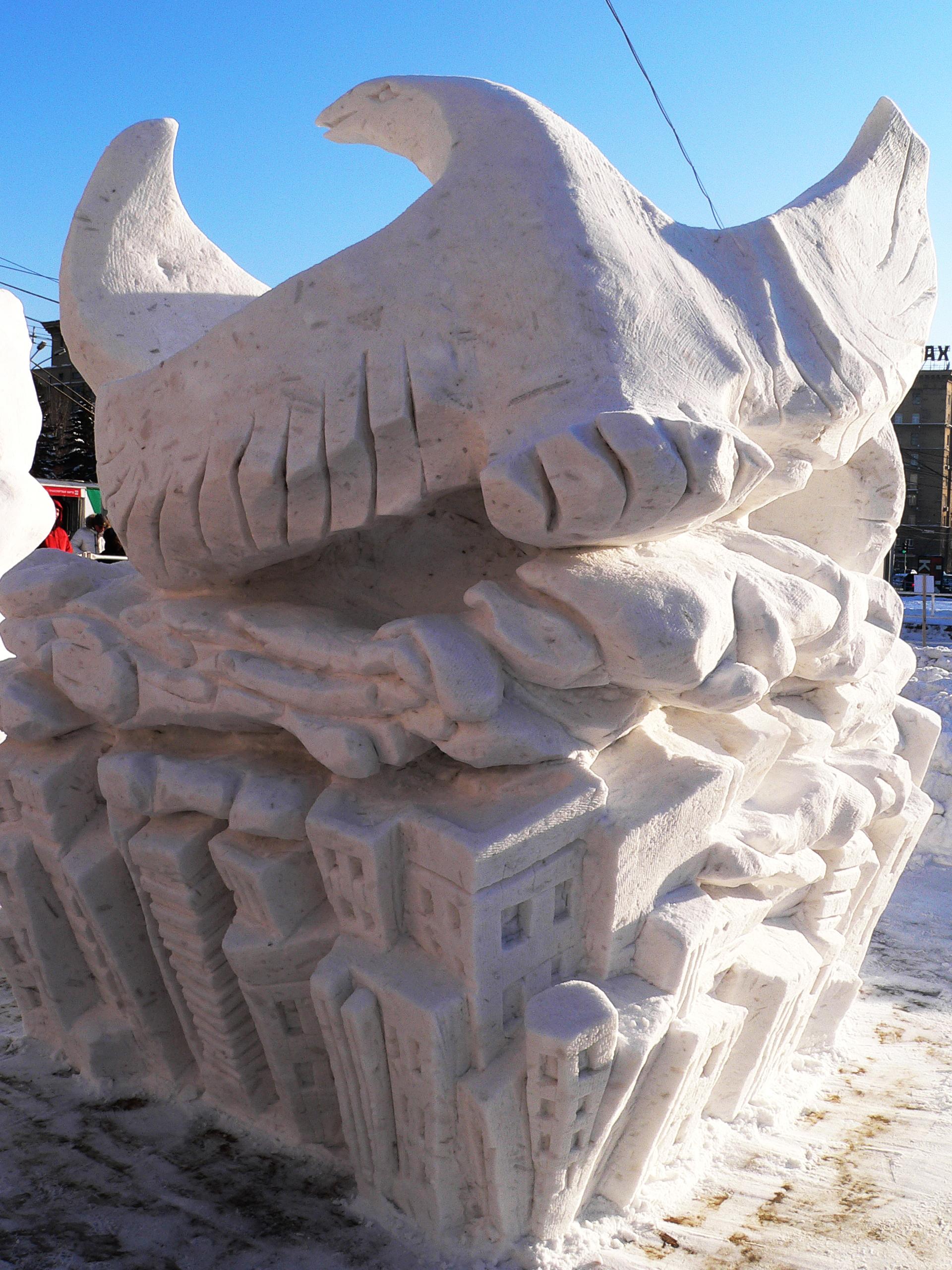 Фотография-снежной-скульптуры-Птицы-над-городом