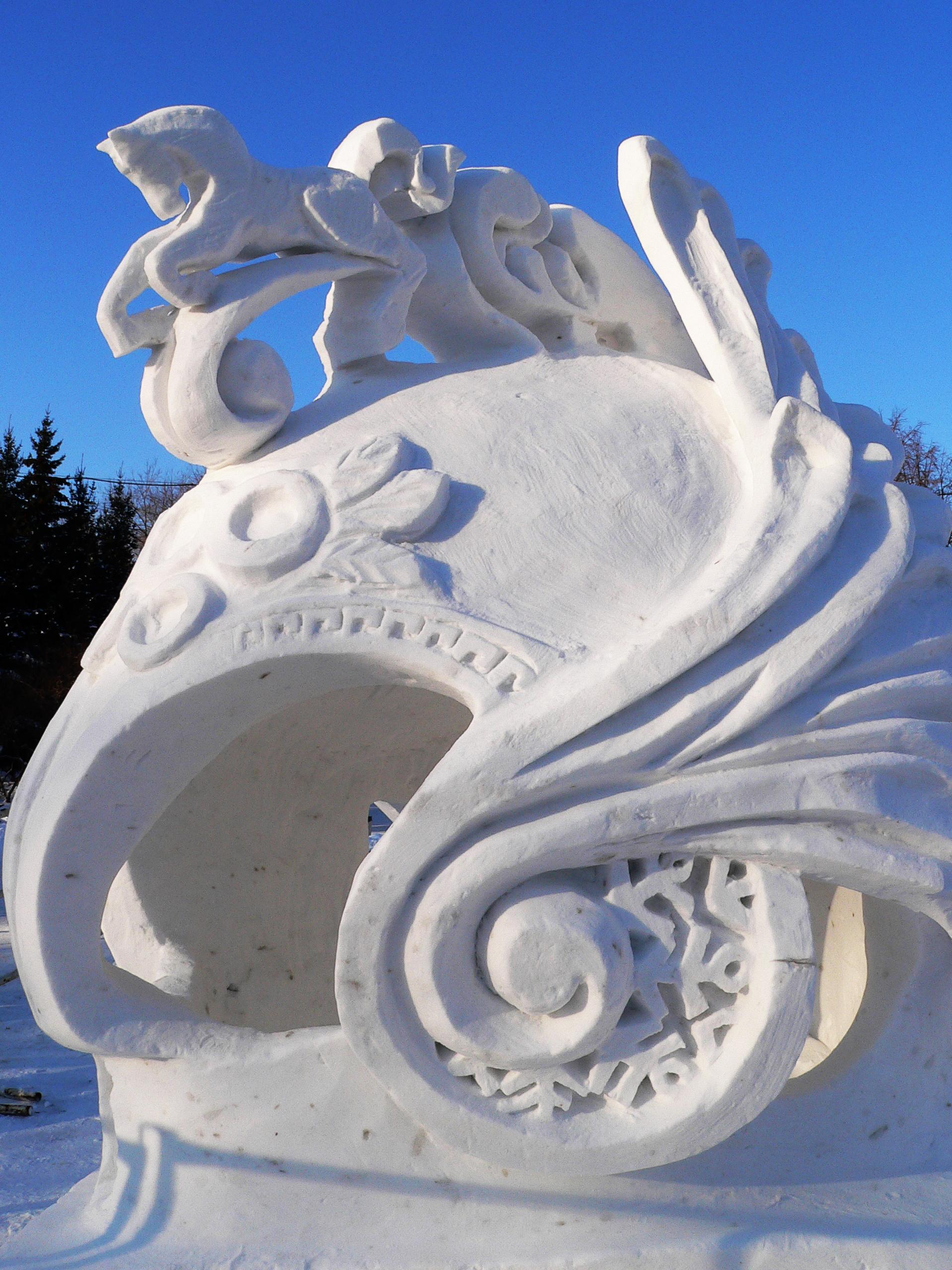 Фотография-снежной-скульптуры-Новосибирск-шлем-легионера