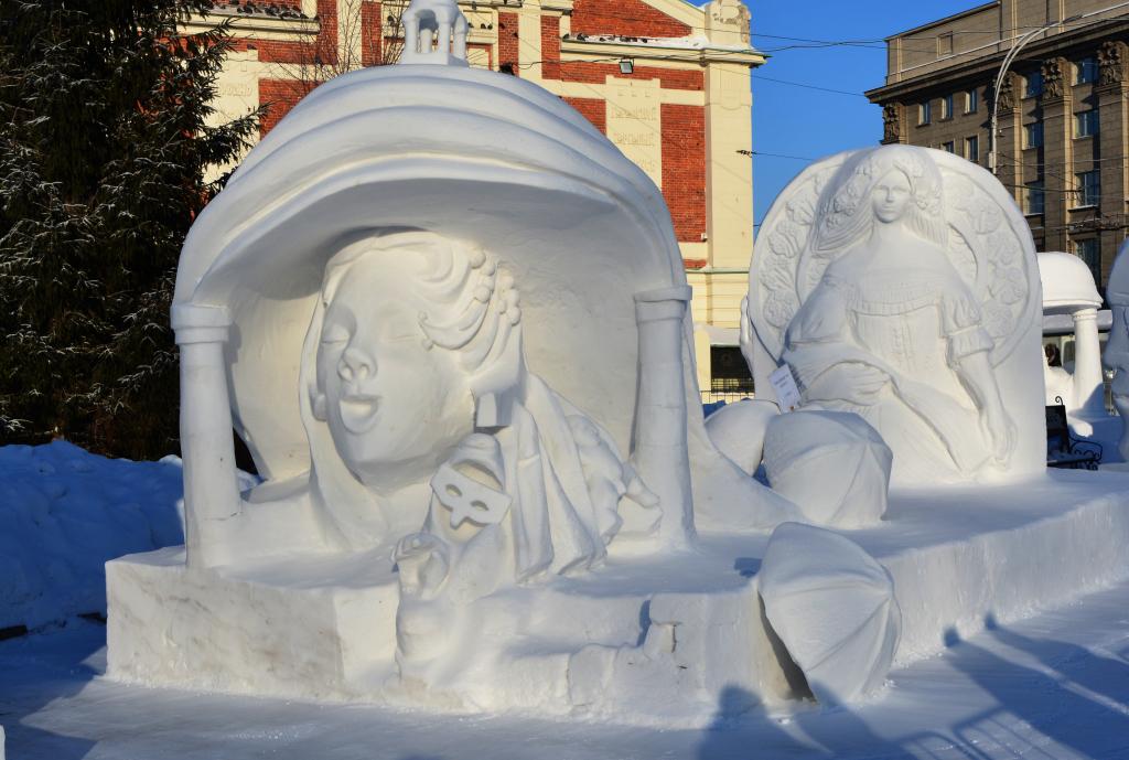 Фотография-снежной-скульптуры-2019-театр-вешалка1