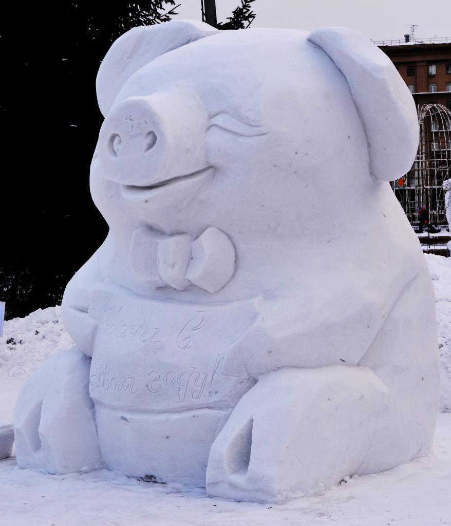 Фотография-снежной-скульптуры-2019-Поросенок-удачи