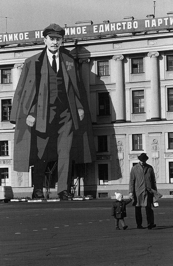 Изображение Ленина на фасаде Зимнего Дворца по случаю 9 мая, Ленинград, 1973 г.