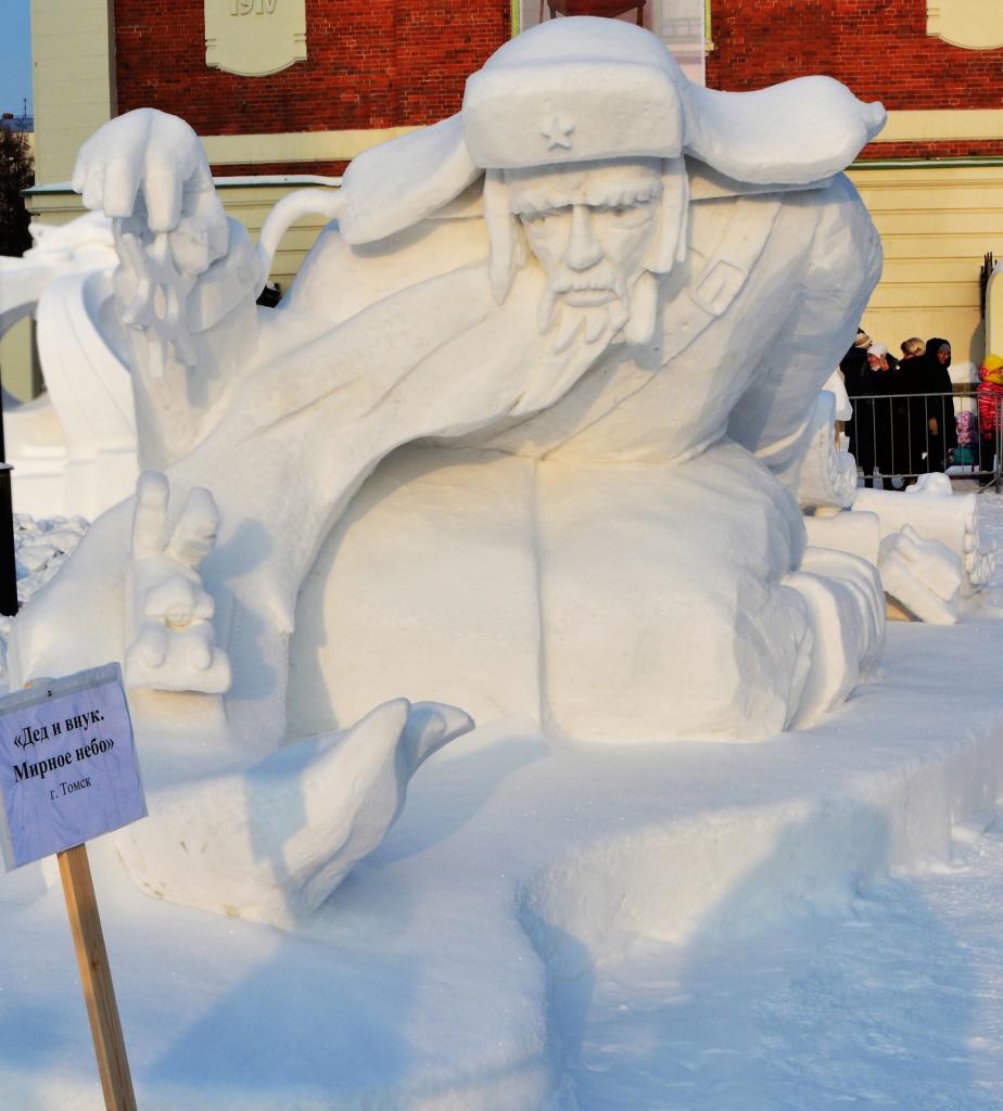 Фотография_снежной_скульптуры_Дед_и_внук_Новосибирск