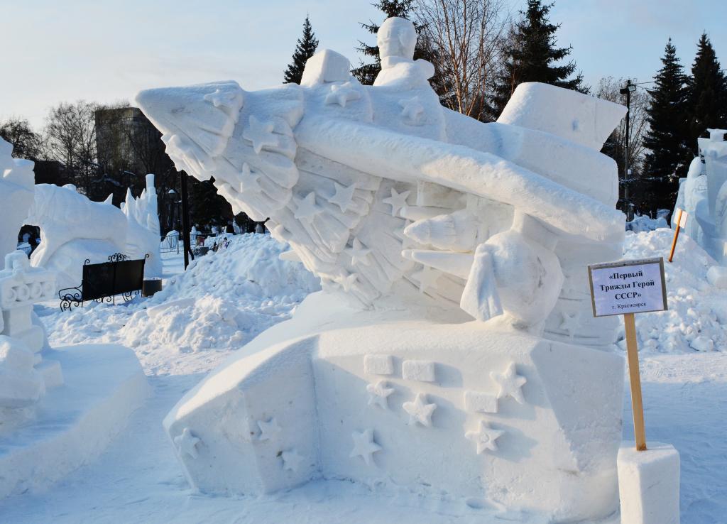 Фотография_снежной_скульптуры_Первый_трижды_герой_СССР