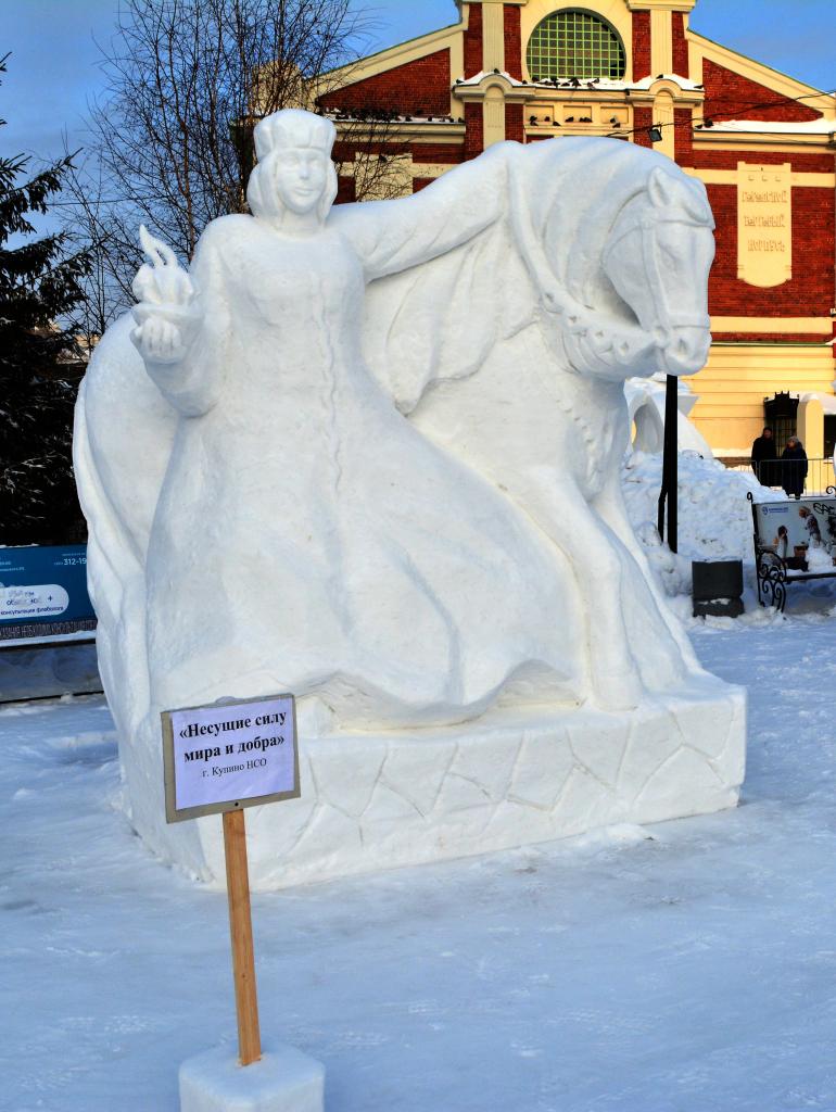 Фотография_снежной_скульптуры_Несущие_силу_мира_2020